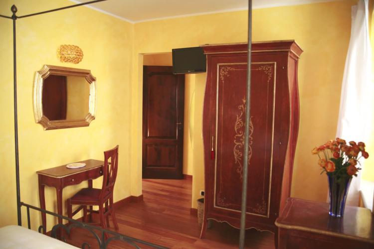 Camera Tristano e Isotta mobili e ingresso